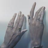 Twee vrouwelijke handen met ringen Royalty-vrije Stock Afbeeldingen