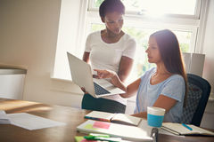 Twee vrouwelijke partners die aan laptop werken Stock Foto's