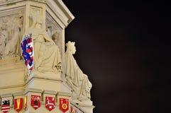 Twee vrouwelijke ridders en wapen-emblemen Royalty-vrije Stock Afbeeldingen