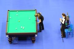 Twee vrouwelijke spelers concurreren in pool stock afbeeldingen