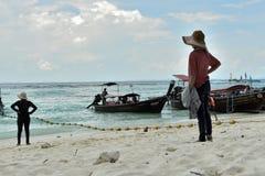 Twee vrouwelijke toeristen bekijken het overzees bij Poda-Eiland Stock Foto