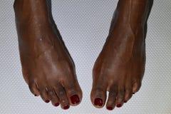 Twee vrouwelijke voet met een verse manicure Stock Afbeelding