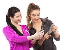 Twee vrouwelijke vrienden op witte achtergrond Royalty-vrije Stock Fotografie