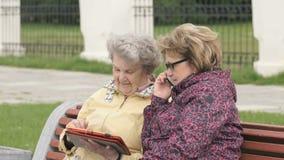 Twee vrouwen bespreken in openlucht over huisproblemen stock video