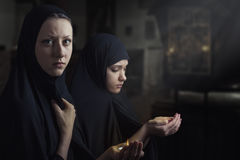Twee vrouwen bidden Stock Afbeelding