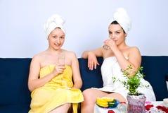 Twee vrouwen bij dagelijks kuuroord centreren Stock Afbeeldingen