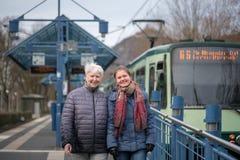 twee vrouwen bij tram houden op Stock Fotografie