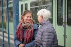 twee vrouwen bij tram houden op Royalty-vrije Stock Afbeeldingen