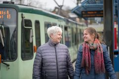 twee vrouwen bij tram houden op Stock Foto