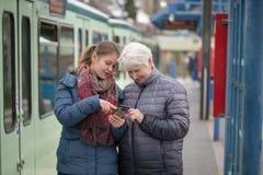 twee vrouwen bij tram houden op Stock Afbeeldingen