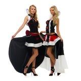 Twee vrouwen in Carnaval kostuums. De vorm van de domino Stock Foto