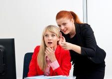 Twee vrouwen colegues roddel in bureau Royalty-vrije Stock Foto