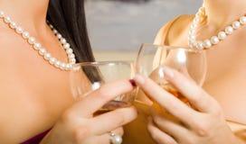 Twee vrouwen in de club royalty-vrije stock fotografie