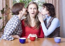 Twee vrouwen delen geheimen met een vriend Royalty-vrije Stock Foto