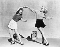 Twee vrouwen die buiten dansen (Alle afgeschilderde personen leven niet langer en geen landgoed bestaat Leveranciersgaranties die stock fotografie
