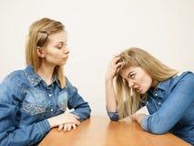Twee vrouwen die debatteren strijd hebben Stock Foto