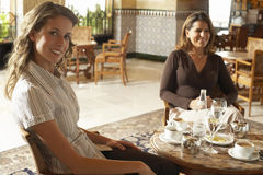 Twee Vrouwen die Dranken in Restaurant hebben Royalty-vrije Stock Afbeeldingen