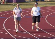 Twee vrouwen die een spoor lopen Stock Fotografie