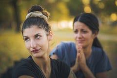Twee vrouwen die een verhoudingskwestie hebben royalty-vrije stock afbeelding