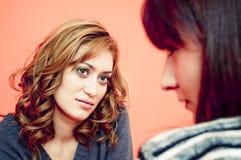Twee Vrouwen die elkaar onder ogen zien Stock Foto's