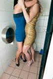 Twee vrouwen die in het toilet kussen Royalty-vrije Stock Foto's