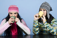 Twee vrouwen die hete drank drinken Royalty-vrije Stock Foto