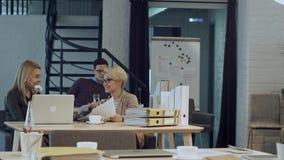Twee vrouwen die koffiepauze samen in bureau hebben Stock Afbeelding