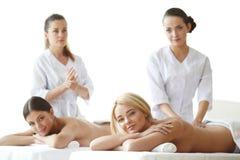 Twee vrouwen die massage krijgen Stock Foto