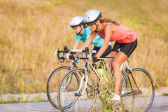 Twee vrouwen die op fietsen in openlucht uitoefenen. horizontaal beeld Stock Foto