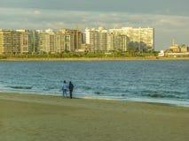 Twee vrouwen die op het strand lopen Royalty-vrije Stock Foto's