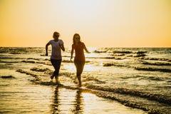 Twee vrouwen die op strand lopen stock foto's