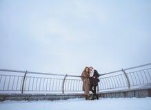 Twee vrouwen die rond dijk lopen Dag, openlucht Stock Afbeelding