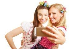 Twee vrouwen die selfie nemen Stock Afbeeldingen