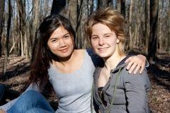 Twee Vrouwen die uit hangen Royalty-vrije Stock Afbeelding