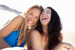 Twee Vrouwen die van de Vakantie van het Strand genieten Stock Foto's