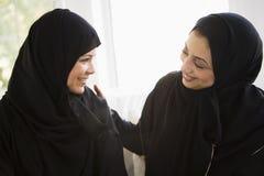 Twee vrouwen die Van het Middenoosten samen spreken royalty-vrije stock afbeelding
