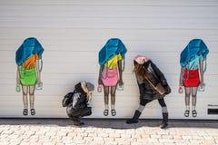 Twee vrouwen die voor de kanalen van Gothenburg Zweden stellen stock foto's