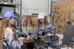 twee vrouwen die in workshop werken royalty-vrije stock foto's