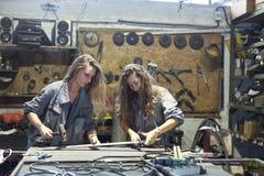 twee vrouwen die in workshop werken royalty-vrije stock afbeeldingen