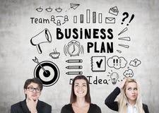 Twee vrouwen, een man en een businessplan Royalty-vrije Stock Fotografie