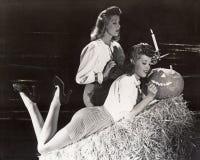 Twee vrouwen in een o'lantern schuur snijdende hefboom royalty-vrije stock afbeeldingen