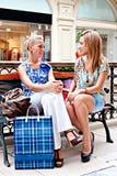 Twee vrouwen in een winkelcentrum Royalty-vrije Stock Afbeeldingen