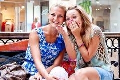 Twee vrouwen in een winkelcentrum Stock Foto's