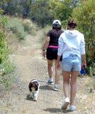 Twee vrouwen en hond die wandelen, Royalty-vrije Stock Foto