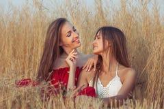 Twee vrouwen glimlachen stock afbeeldingen