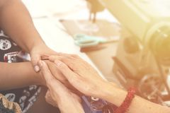 Twee vrouwen het bidden samen en moedigt elkaar aan kleur filte Royalty-vrije Stock Afbeeldingen