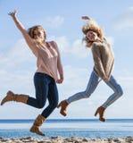 Twee vrouwen het springen stock fotografie