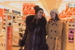 Twee vrouwen het winkelen stock afbeeldingen