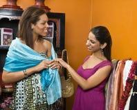 Twee vrouwen het winkelen. royalty-vrije stock afbeeldingen