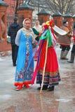 Twee vrouwen in kleurrijke historische kleding Royalty-vrije Stock Afbeeldingen